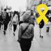 Zdjęcie Weroniki i Beaty w żółtych ubraniach na znak solidarności z osobami chorującymi psychicznie